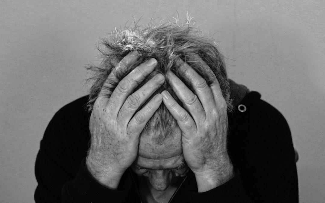 Mann leidet an Kopfschmerzen