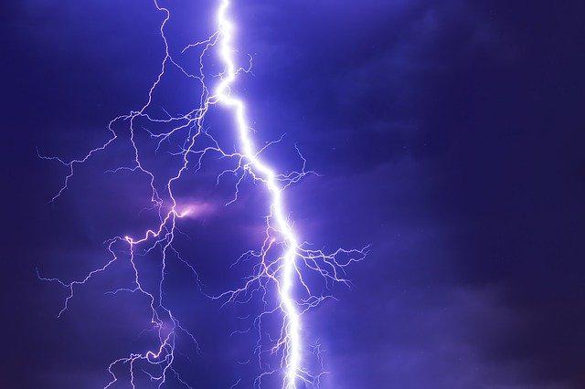 Blitz am Sommerhimmel