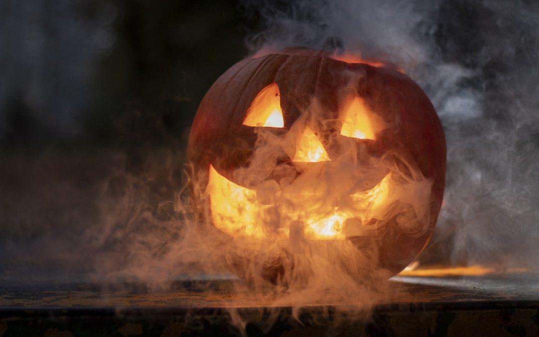 Halloween-Kürbis mit unheimlichem Qualm