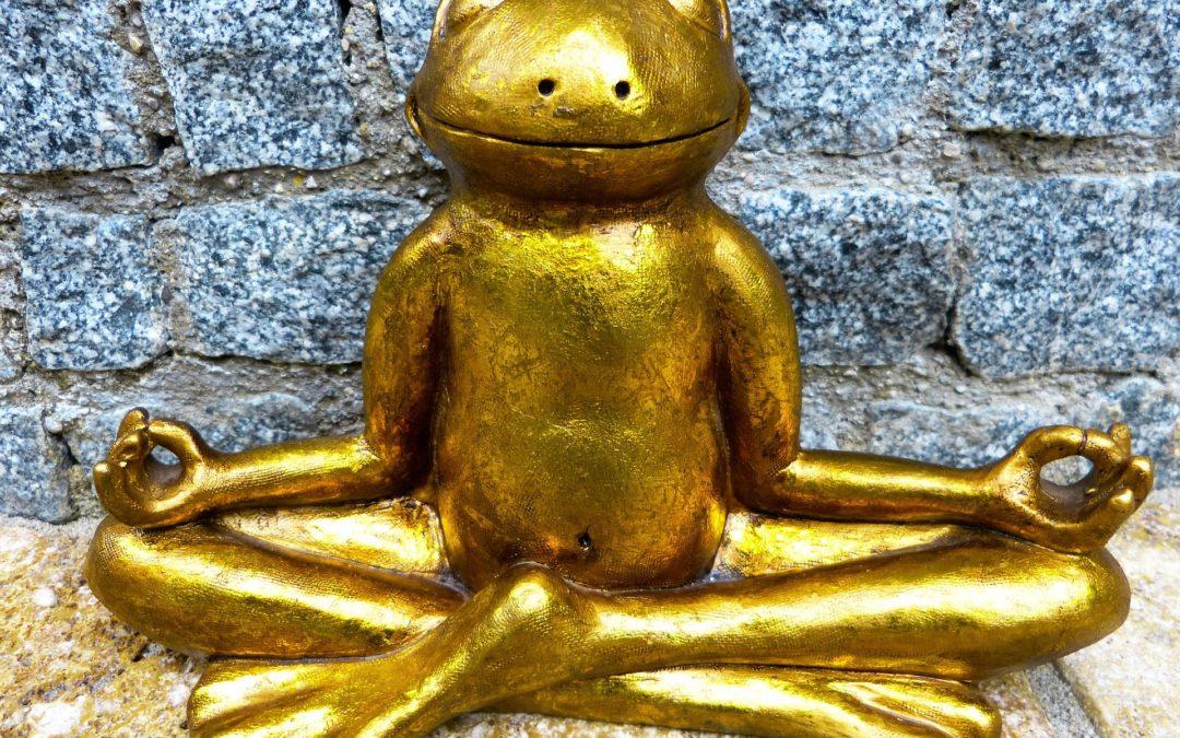 Goldener Frosch meditiert (Figur)