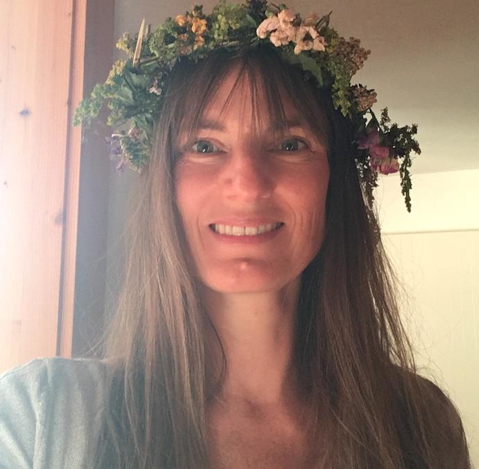 Elke mit Sommersonnwend-Blumenkranz